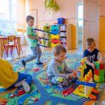 Dzieci bawia się plastikowymi zabawkami na podłodze