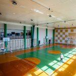 Duża sala gimnastyczna. Świczą na niej dziewczyny w strojach gimnastycznych.