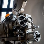 Stary metalowy projektor filmowy