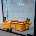 Drewniany instrument muzyczny umieszczony w szklanej gablocie