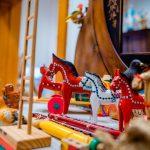 Drewniane kolorowe zabawki ustawione na serwecie