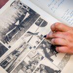 Dłoń wskazuje palcem na czarno-białe zdjęcie