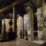 Wnętrze galerii dzieł sztuki z drewnianą podłogą. Sufit podparty jest drewnianymi filarami