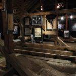 Wystawa obrazów i rzeźb w galerii na poddaszu