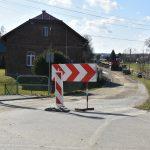 Droga w przebudowie. Przy wjeździe stoją znaki drogowe zakazujące wjazdu.