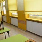Nowo założono grzejniki w sali lekcyjnej w szkole.