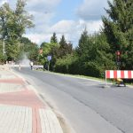 Trwają prace przy budowie chodnika przy drodze wojewodzkiej. Droga zablokowana światłami, ruch jednostronny.