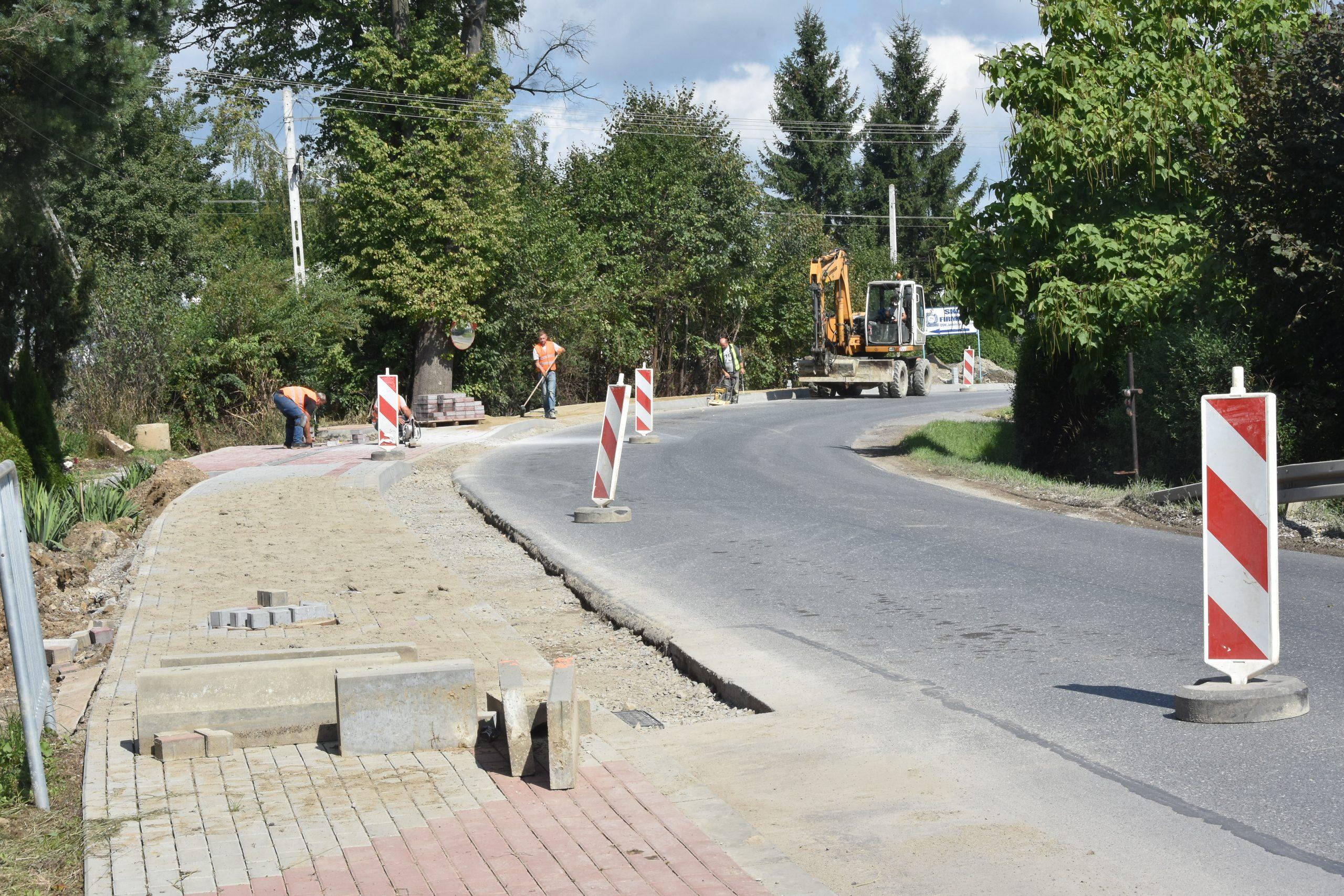 Prace remontowe przy budowie chodnika na drodze wojewódzkiej.