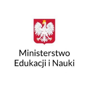 Na białym tle w czerwonym kwadracie ptak - orzeł w kolorze białym, ze złotą koroną. Poniżej napis czarny Ministerstwo Edukacji i Nauki.